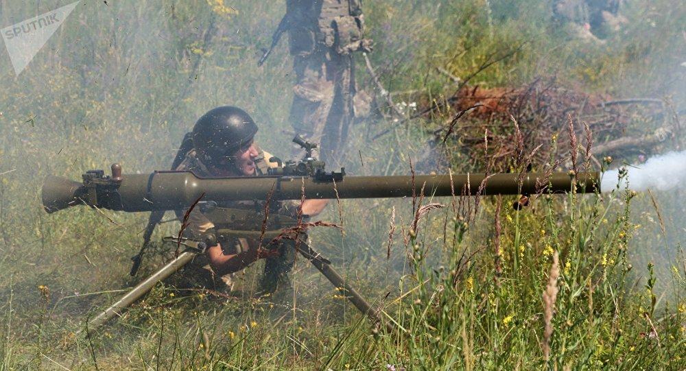 Prácticas de tiro con el lanzagranadas soviético SPG-9 (archivo)