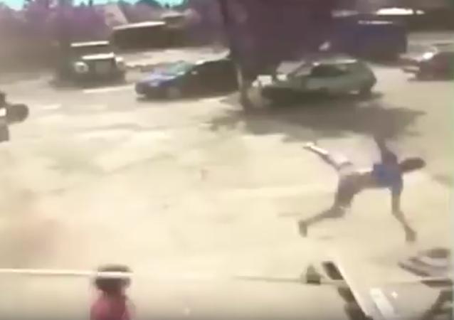 Una fuerte ventisca lanza a un adolescente contra el asfalto