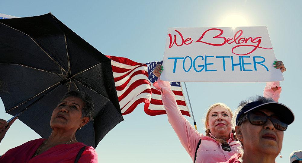 Los estadounidenses marchan en apoyo de reunificación de familias de migrantes