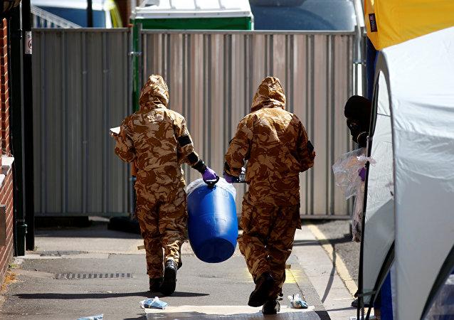 Investigadores en el lugar del envenenamiento en Amesbury, Reino Unido (archivo)