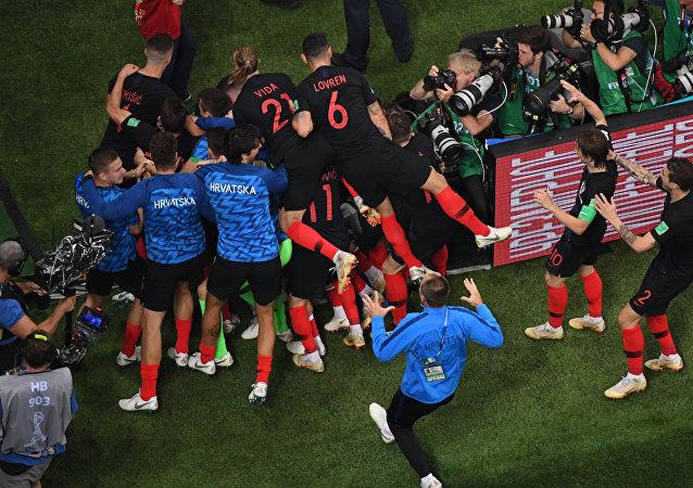 Futbolistas croatas celebran segundo gol ante Inglaterra en las semifinales del Mundial de Rusia