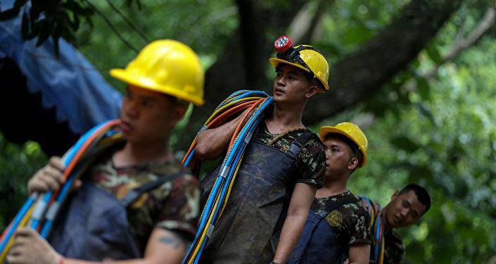 Socorristas tailandeses tras la evaciacion del grupo niños y su entrenador
