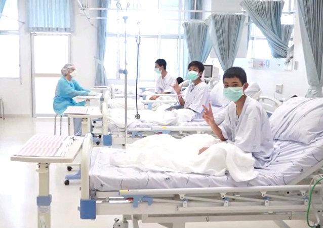 Los futbolistas tailandeses del equipo juvenil Jabalíes Salvajes en hospital