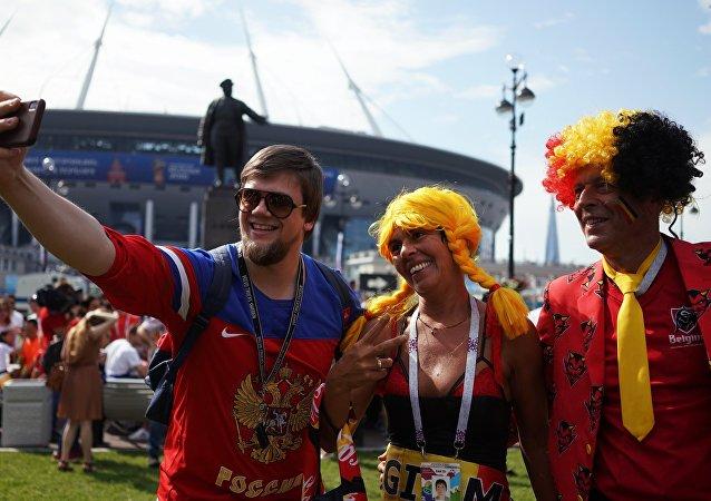 Un hincha ruso se hace un selfi con fans de la selección de Bélgica