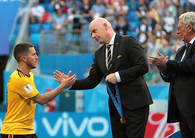 El futbolista belga, Eden Hazard, recibe de Gianni Infantino, presidente de la FIFA, la medalla de bronce del Mundial 2018