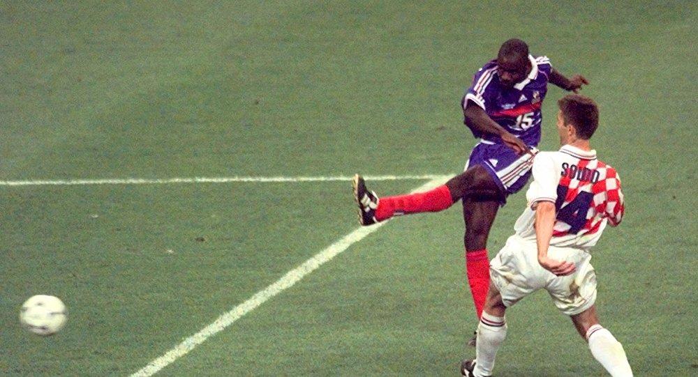El francés Lilian Thuram anota el gol de la victoria de Francia sobre Croacia en la semifinal del Mundial de 1998