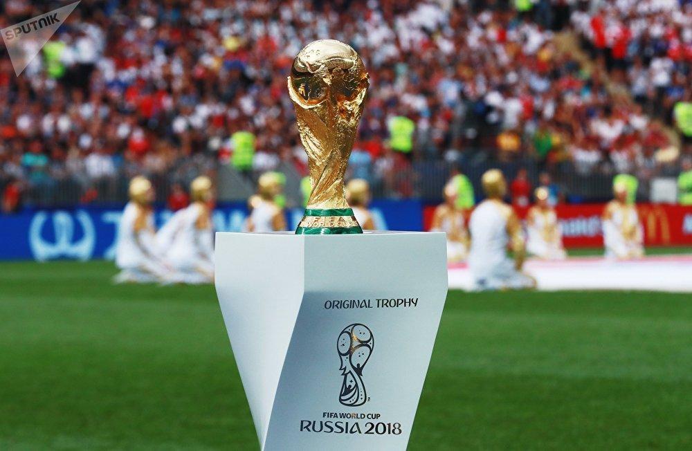 El trofeo del Mundial de FIFA es exhibido en la cancha del estadio Luzhnikí momentos antes de la final del Mundial de Rusia
