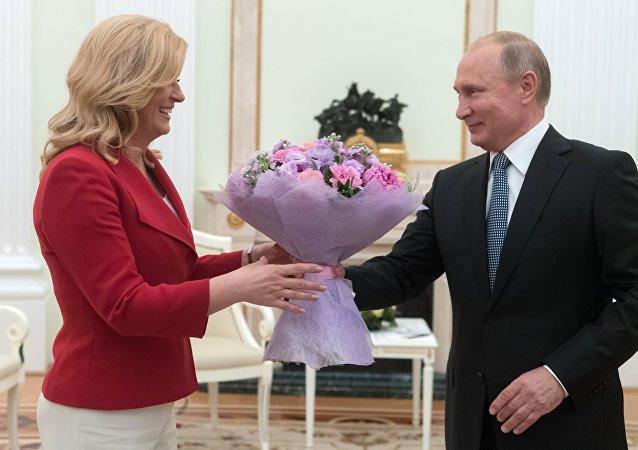 El presidente de Rusia, Vladímir Putin, y la presidenta de Croacia, Kolinda Grabar-Kitarovic