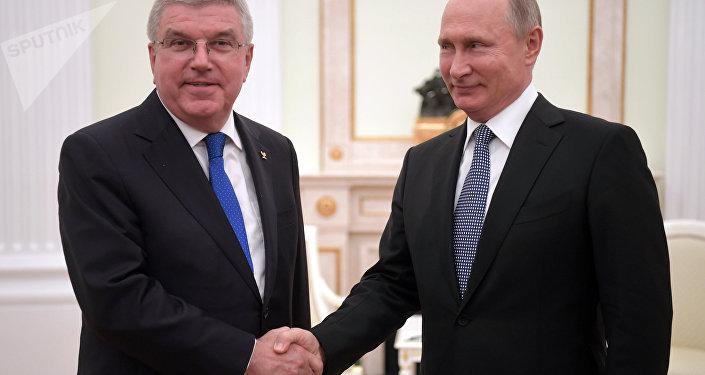 Presidente del COI, Thomas Bach y presidente de Rusia, Vladímir Putin