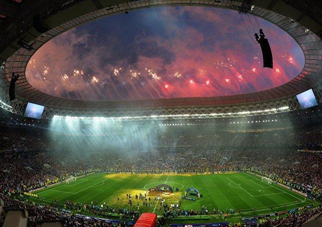 Fuegos artificiales después del partido final el Mundial