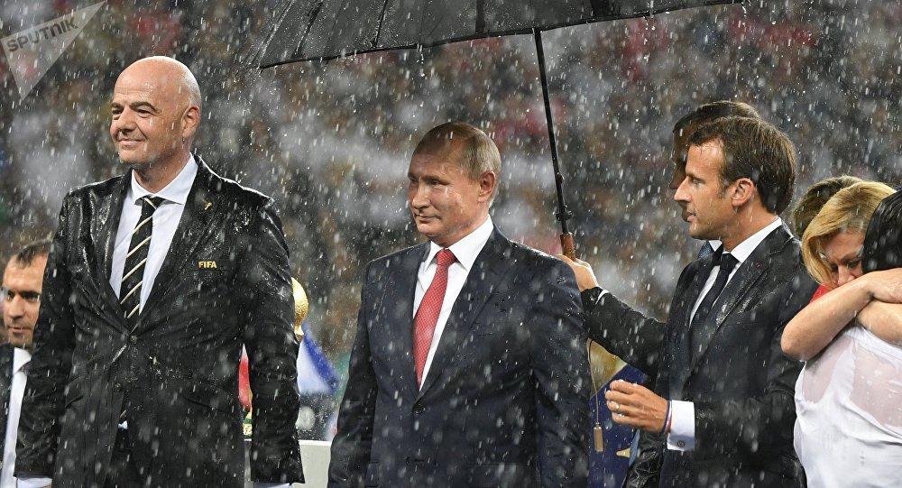 El presidente de la FIFA, Gianni Infantino, el mandatario ruso, Vladímir Putin, y su homólogo francés, Emmanuel Macron, durante la final del Mundial