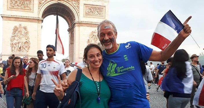 La uruguaya Noelia Guilmard junto a su padre en el arco del triunfo celebrando la victoria de Francia