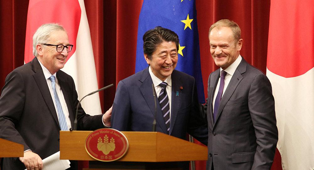 El presidente de la Comisión Europea, Jean-Claude Juncker, el primer ministro de Japón Shinzo Abe y el presidente del Consejo Europeo, Donald Tusk