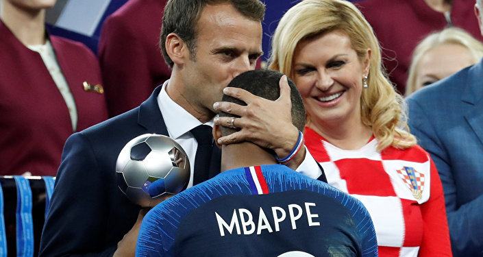 Emmanuel Macron, presidente de Francia, abraza a Kylian Mbappe, delantero de la selección francesa de fútbol, durante la ceremonia de premiación del Mundial de Rusia 2018
