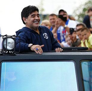 Diego Armando Maradona, exfutbolista argentino, entra en el estadio del Dinamo de Brest, Bielorrusia, 16 de julio de 2018