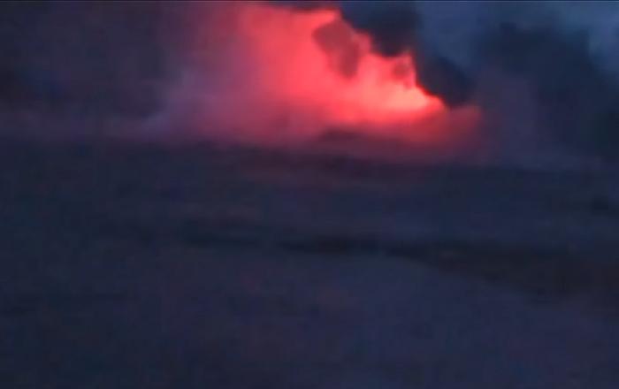 Impresionantes imágenes: una 'bomba de lava' cae sobre un barco turístico en Hawái