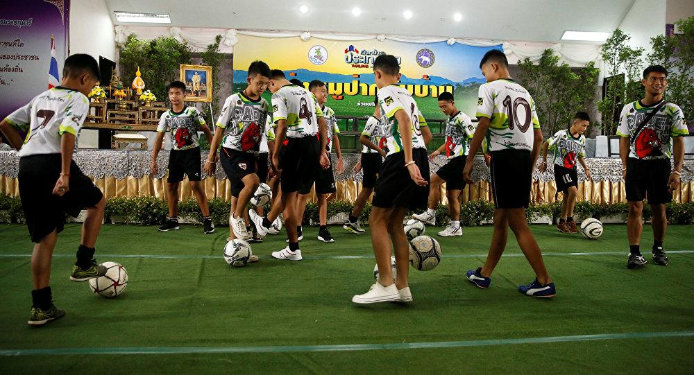 Los niños rescatados de una cueva en Tailandia juegan al fútbol