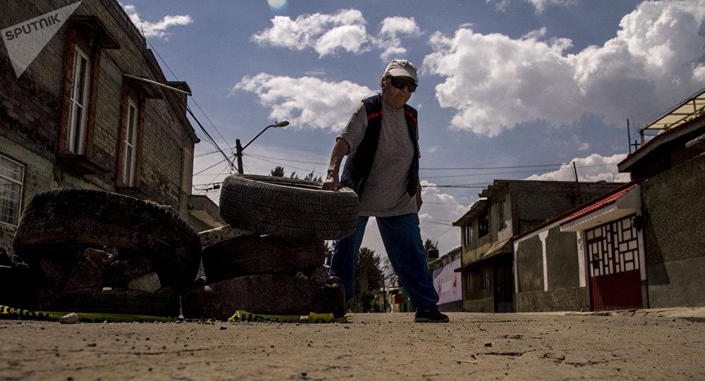 Esperanza coloca neumáticos en las calles dañadas de la Colonia del Mar tras el sismo del 19 de septiembre de 2017.