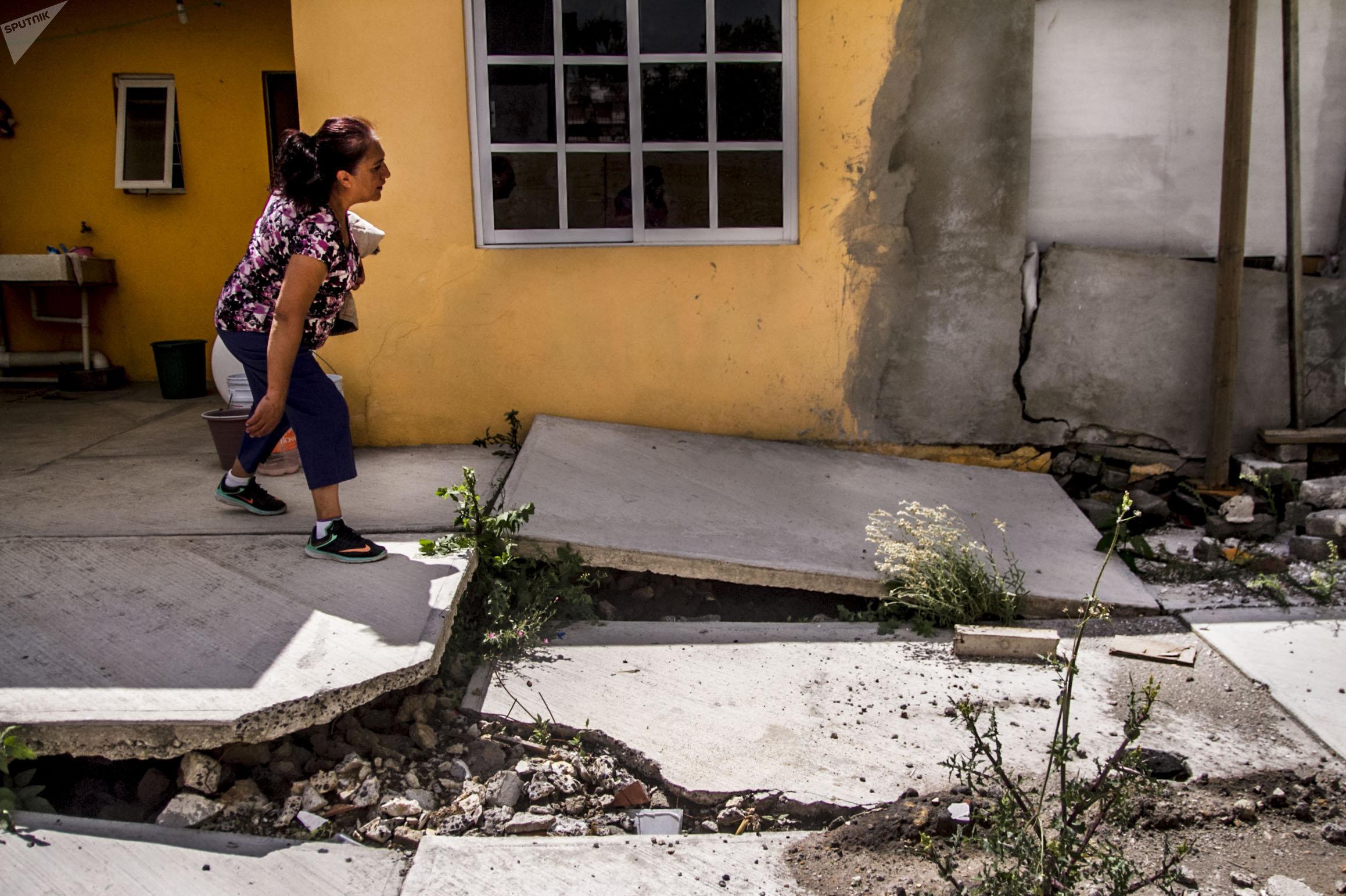 Teresa muestra los daños de su casa en la Colonia de Mar tras el sismo del 19 de septiembre de 2017.