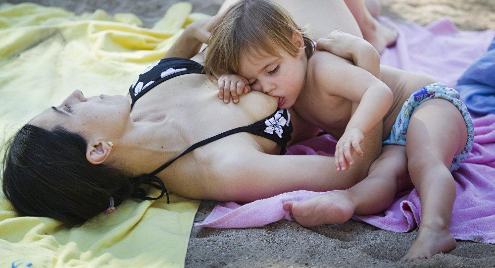 Una mujer amamanta a su bebé (imagen referencial)