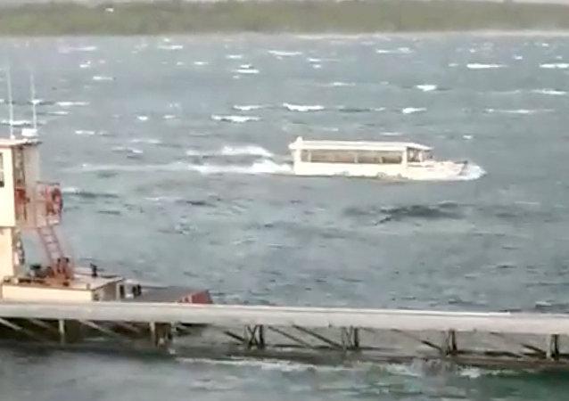 Una embarcación turística en el lago de Table Rock (Misuri)