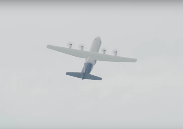 Este avión de carga olvidó que no es una avioneta de acrobacias aéreas