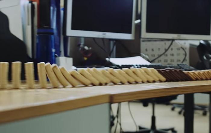 El efecto dominó de 5.000 galletas es impresionante
