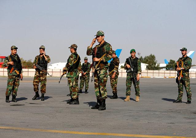 Militares en el aeropuerto de Kabul