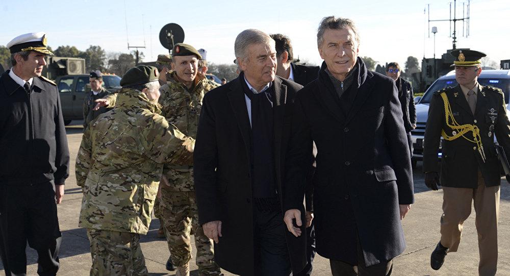 El presidente argentino Mauricio Macri, de pie a la derecha, camina con el ministro de Defensa Oscar Raúl Aguad en una sede militar en las afueras de Buenos Aires, Argentina.