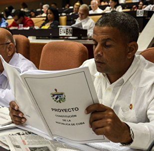 Diputado de la Asamblea Nacional de Cuba lee el nuevo proyecto de Constitución (archivo)
