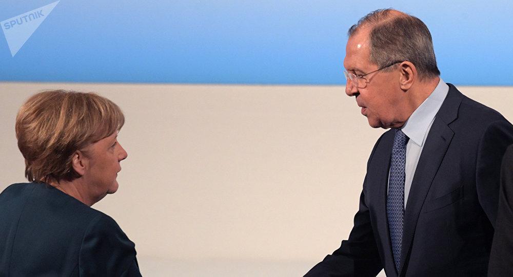 La canciller de Alemania, Angela Merkel, y el el canciller ruso, Serguéi Lavrov