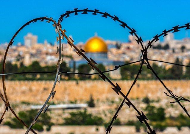 Alambre de púas en un paisaje de Jerusalén