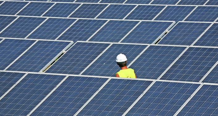 Estación eléctrica con paneles solares, imagen referencial