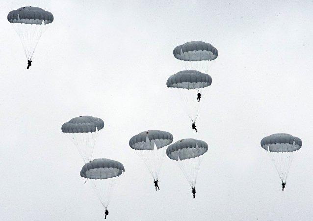 Ejercicios con paracaídas en Rusia (archivo)