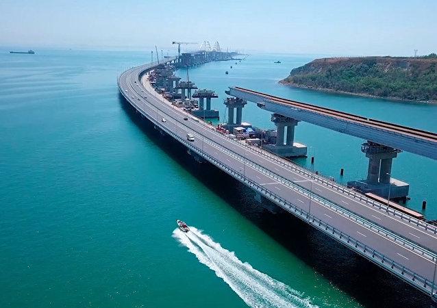 La 'obra del siglo' avanza como una locomotora: empiezan a colocar los raíles en el puente