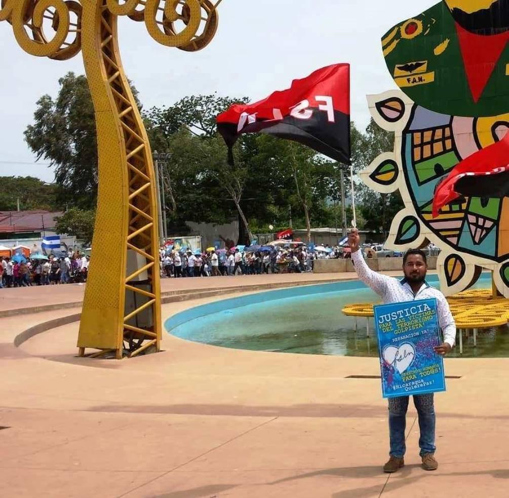 El líder social sandinista Óscar Smith con una bandera del movimiento nicaragüense.