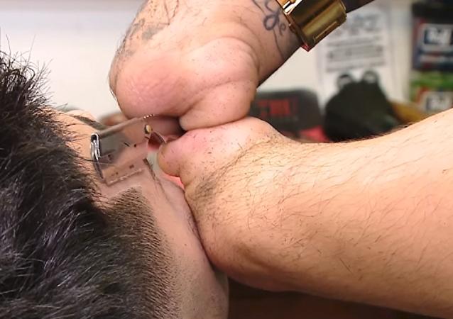 La inspiradora historia de un barbero argentino sin manos