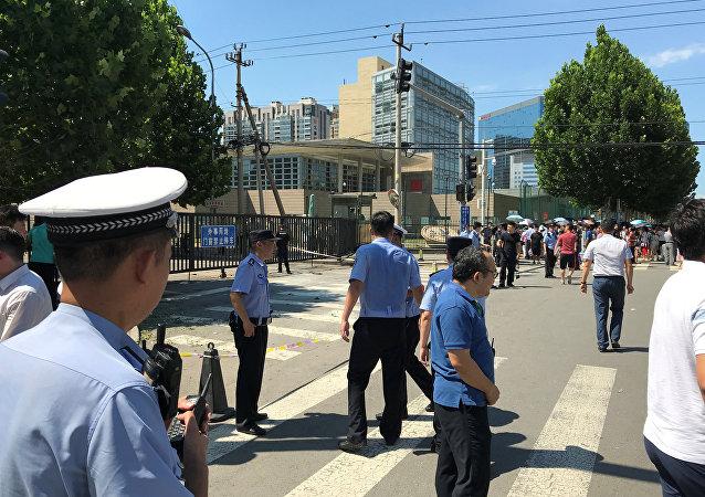 La Policía china cerca de la Embajada de EEUU en Pekín