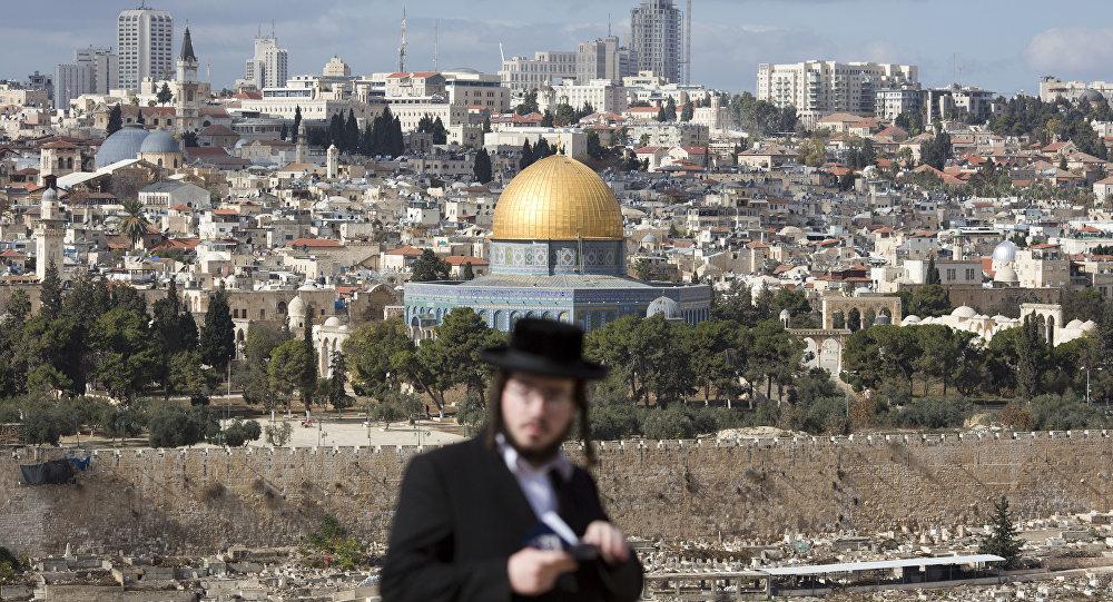 Un judío cerca de la Cúpula de la Roca en Jerusalén