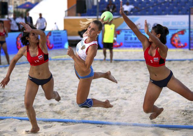 El partido entre las selecciones de Rusia y Tailandia durante las eliminatorias del VIII Campeonato Mundial de Balonmano Playa femenino.