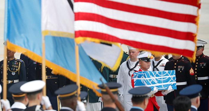 Un soldado lleva un ataúd que contiene los restos de un soldado estadounidense que murió en la guerra de Corea