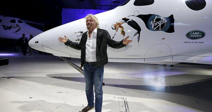 Richard Branson posa para la prensa con la lanzadera SpaceShipTwo
