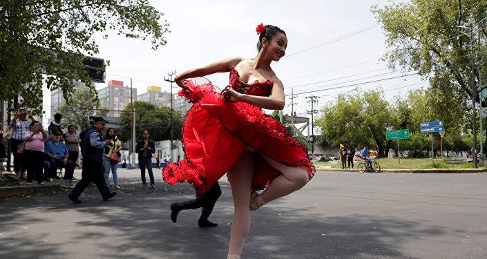 Los bailarines de la Compañía de Danza Ardentía, de Ciudad de México, deleitan a los transeúntes de las calles capitalinas con inesperadas cortas presentaciones de ballet en los semáforos