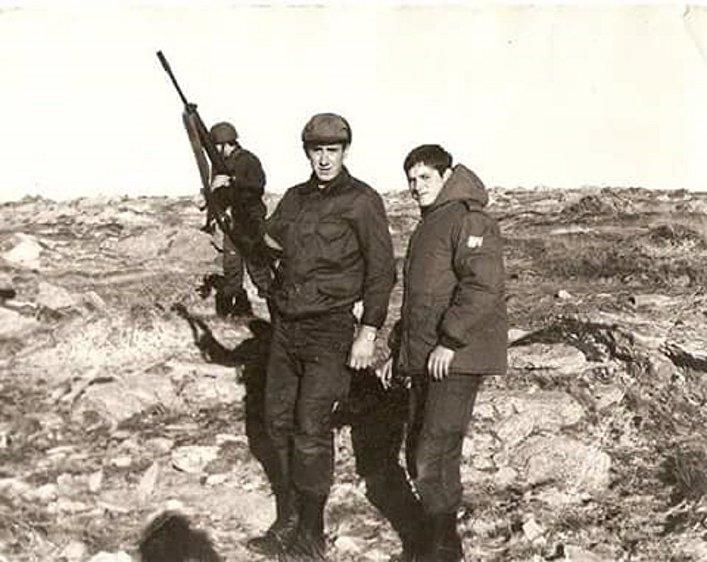 Milton Rhys, excombatiente argentino (a la derecha)
