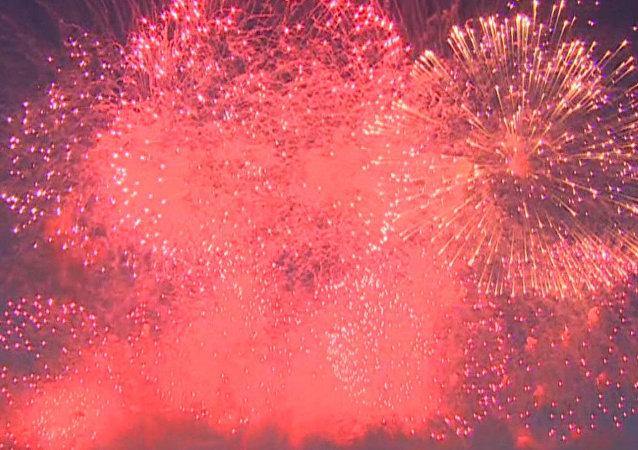 Los espectaculares fuegos artificiales culminan el Día de la Armada rusa