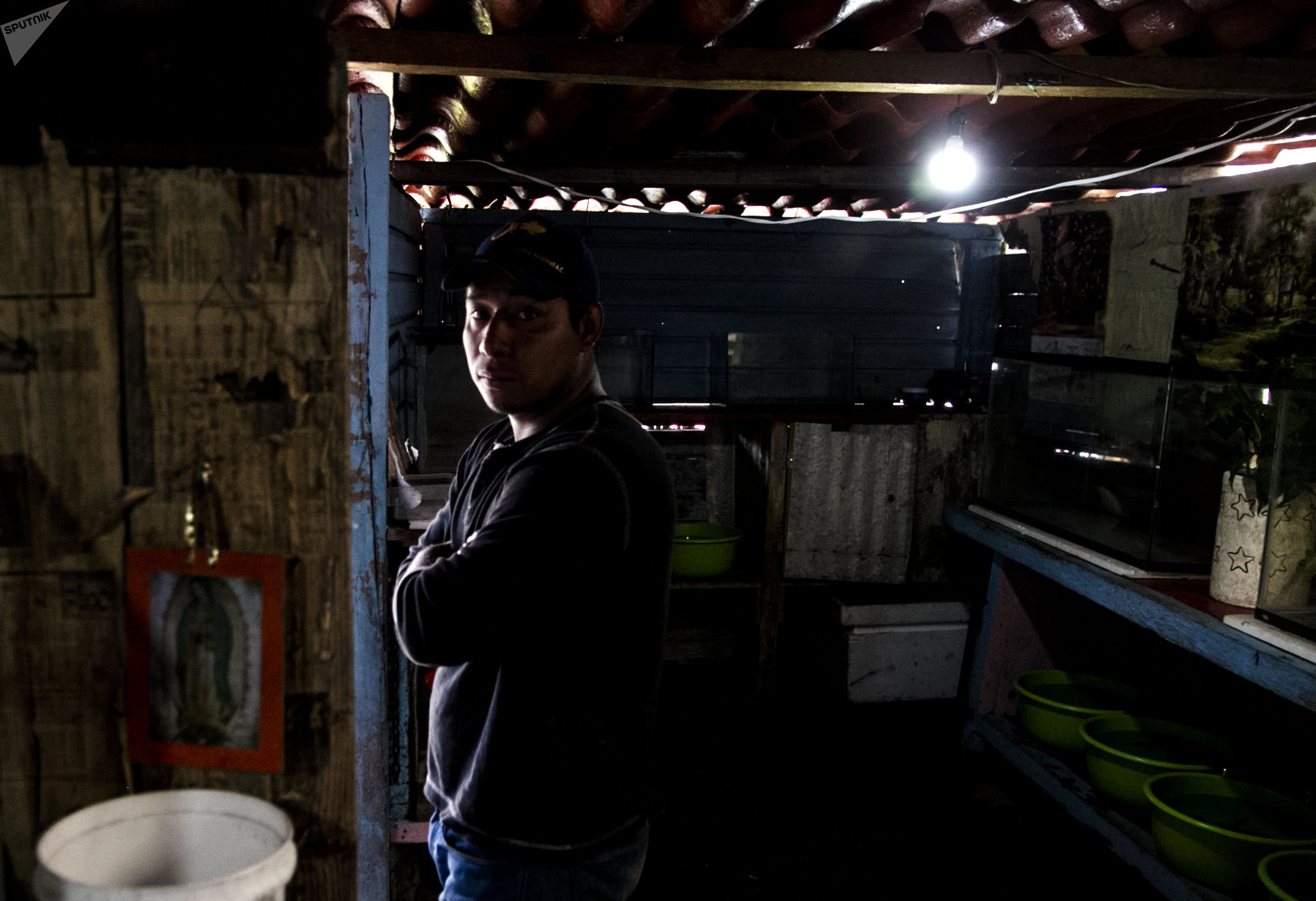 Eduardo, productor de axolote en Xochimilco, posa para foto