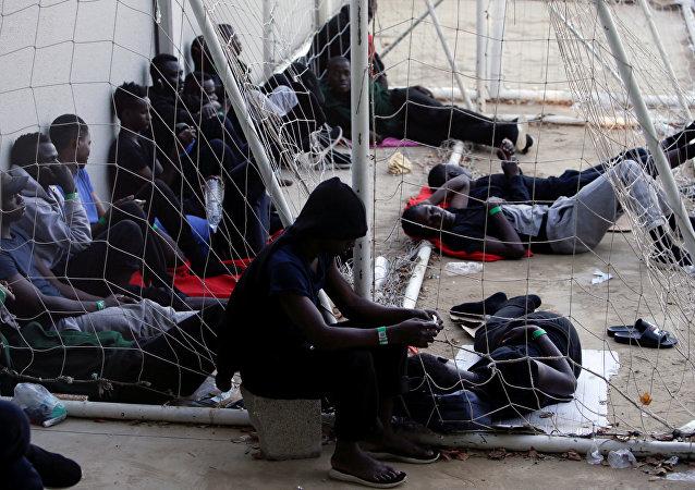 Los migrantes en un pabellón deportivo en España