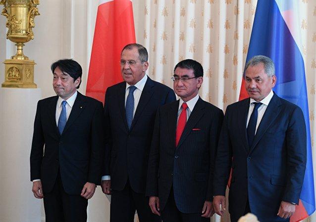 El ministro japonés de Defensa, Itsunori Onodera, el canciller ruso, Serguéi Lavrov, el canciller japonés, Taro Cono, y el ministro ruso de Defensa, Serguéi Shoigú