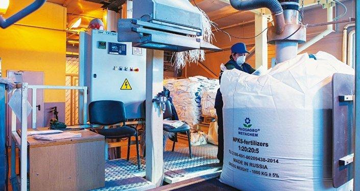 Producción de fertilizantes en una fábrica de PhosAgro