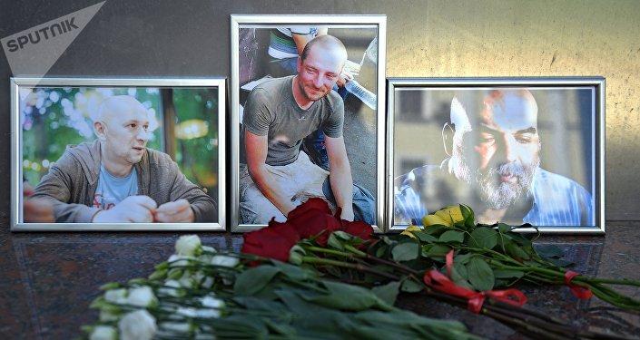 Flores en memoria de tres periodistas asesinados en la República Centroafricana
